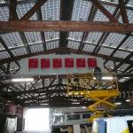 Die Wechselrichter werden unter dem Dach montiert